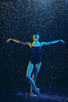 Młoda Tancerka Baletowa Wykonywania Pod Kroplami Wody I Sprayem. Kaukaski Model Tańczący W Neonów. Atrakcyjna Kobieta. Koncepcja Baletu I Współczesnej Choreografii. Darmowe Zdjęcia