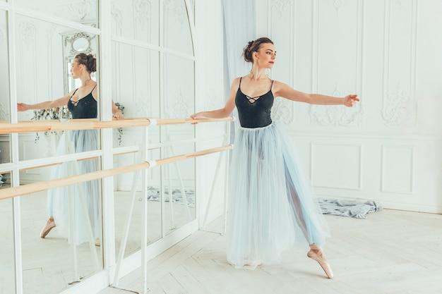 Młoda tancerka baletu klasycznego kobieta w klasie tańca