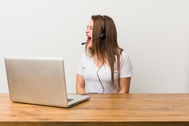 Młoda telemarketer kobieta krzyczy copyspace