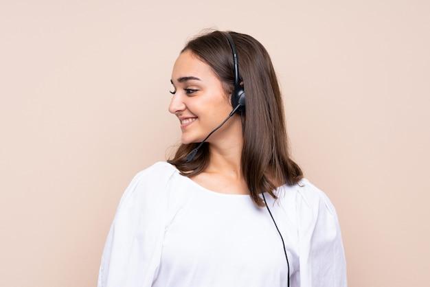 Młoda telemarketer kobieta patrzeje stronę