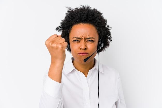 Młoda telemarketer kobieta pokazuje pięść