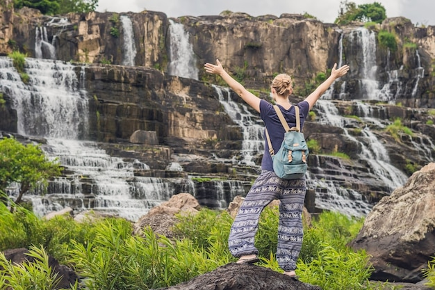 Młoda turystka, turystka na powierzchni wodospadu amazing pongour jest znaną i najpiękniejszą jesienią wietnamu