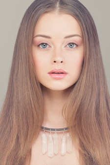 Młoda twarz. portret pięknej kobiety moda
