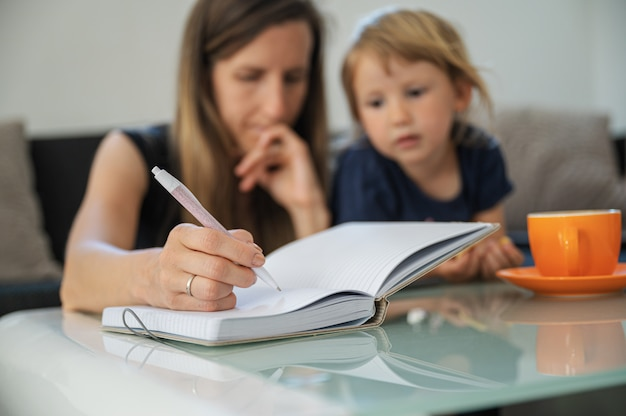 Młoda uczeń matka studiuje od domu