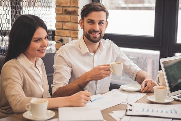 Młoda udana biznesowa para używa laptop