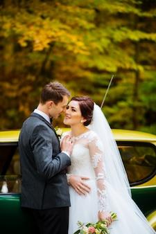 Młoda urocza ślub para przy drewnem