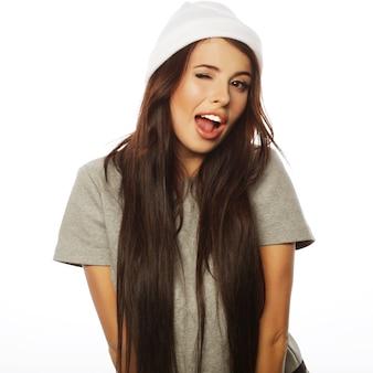 Młoda urocza uśmiechnięta hipster dziewczyna na białym tle