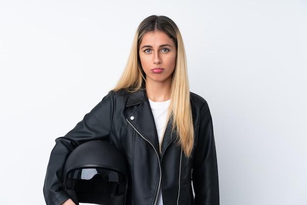 Młoda urugwajska kobieta w kasku motocyklowym smutna