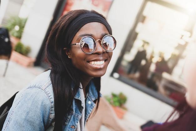 Młoda uśmiechnięta dziewczyna afrykański pochodzenie etniczne.
