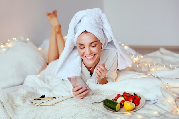 Młoda uśmiechnięta kobieta cieszy się jej zdroju ranek i budził się.