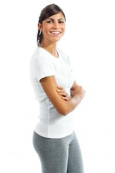 Młoda uśmiechnięta kobieta z rękami skrzyżowanymi