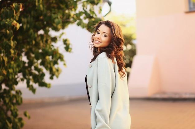 Młoda uśmiechnięta kobieta