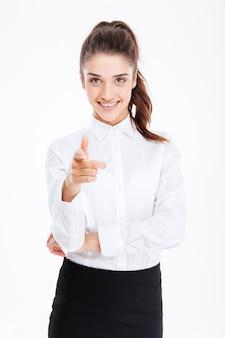 Młoda Uśmiechnięta Piękna Bizneswoman Wskazująca Na Przód Odizolowana Na Białej ścianie Premium Zdjęcia