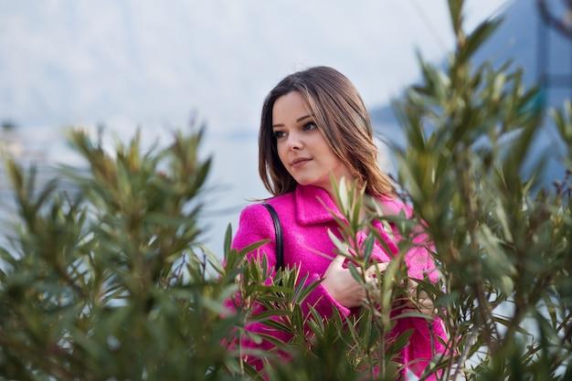 Młoda, uśmiechnięta piękna dziewczyna na plaży. sam na sam z naturą. portret dziewczynki na błękitnym morzu.