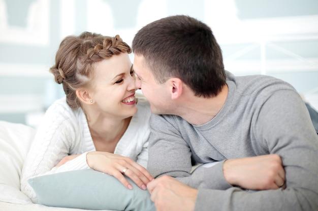 Młoda uśmiechnięta romantyczna para relaks w sobie company.photo z miejscem na tekst.