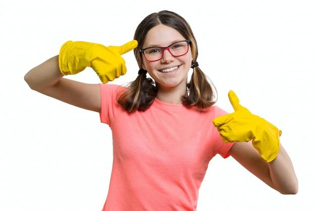 Młoda uśmiechnięta rozochocona dziewczyna w żółtych gumowych ochronnych rękawiczkach