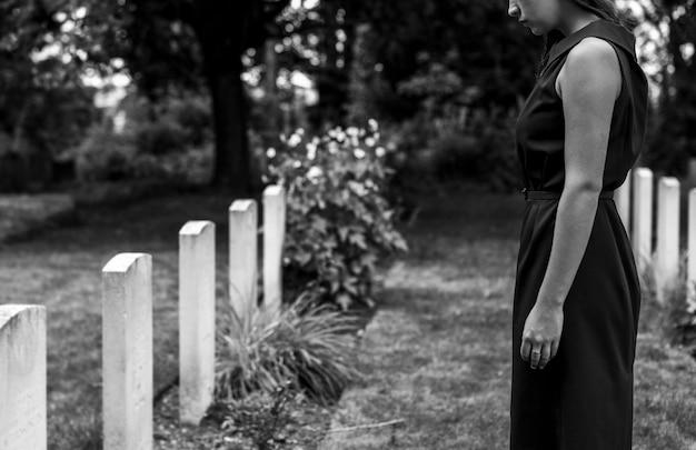 Młoda wdowa przy grobie