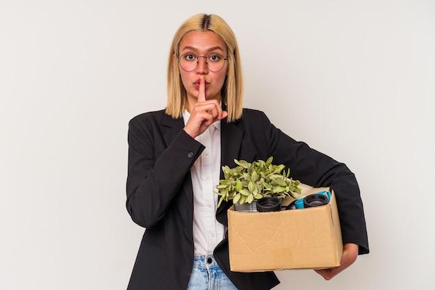Młoda wenezuelka zwolniona z pracy na białej ścianie z zachowaniem tajemnicy lub prośbą o ciszę