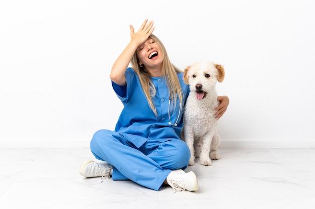 Młoda weterynarz z psem siedząca na podłodze coś sobie uświadomiła i planuje rozwiązanie