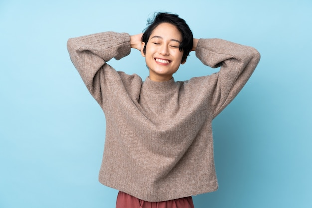 Młoda wietnamska kobieta z krótkim włosy nad odosobnionym ścienny śmiać się