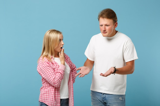 Młoda zabawa para dwóch przyjaciół facet dziewczyna w białych różowych pustych pustych koszulkach pozowanie
