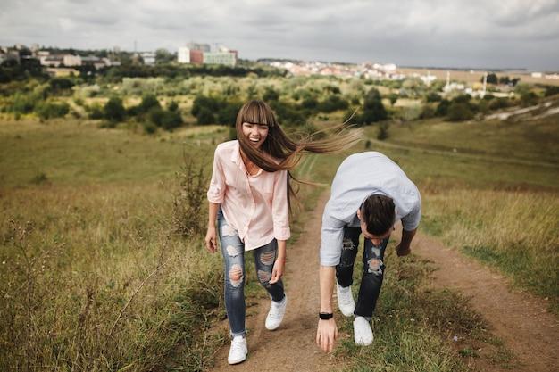 Młoda zabawa romantyczna para bawi się po mieście w słoneczny letni dzień. wspólne spędzanie czasu na wakacjach. walentynki.