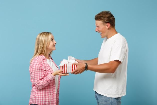 Młoda zabawna para dwóch przyjaciół facet i kobieta w białych różowych koszulkach pozowanie
