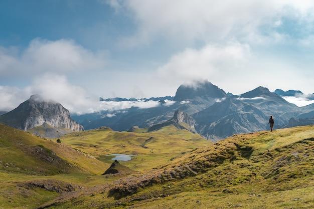 Młoda, żądna przygód kobieta, trekking w wysokich górach styl życia relaks i wolność