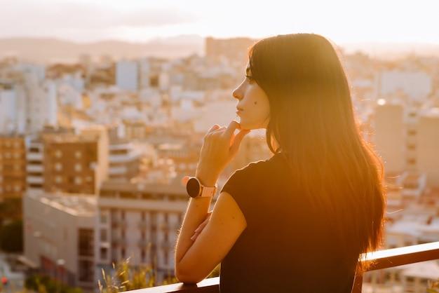 Młoda zakochana kobieta czeka na chłopaka w walentynki