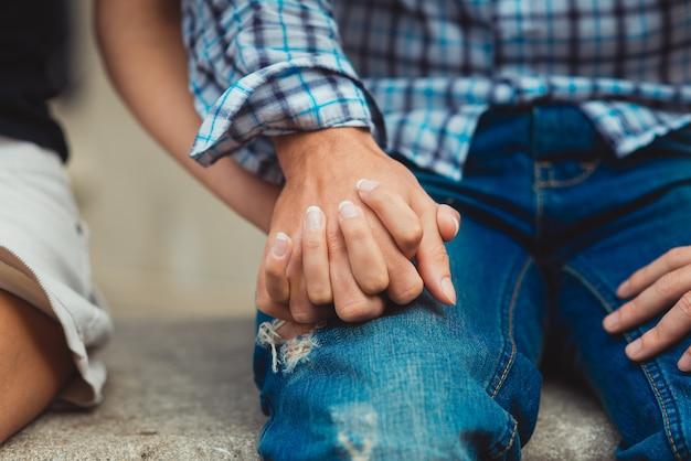 Młoda zakochana para dotknęła rąk podczas pierwszej randki