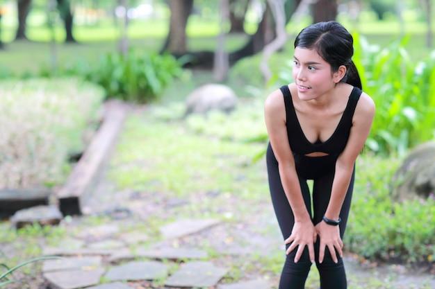 Młoda zdrowa i sportowa kobieta robi joga rozciągać plenerowy