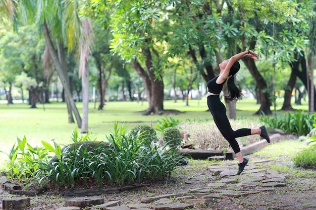 Młoda zdrowa i sporty kobieta robi joga rozciąga plenerowego