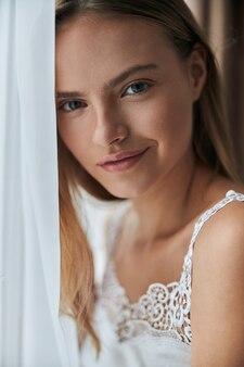 Młoda zdrowa skóra naturalna kobieta w domu