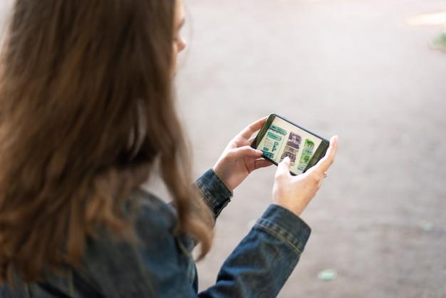 Młoda żeńska dziewczyna z smartphone