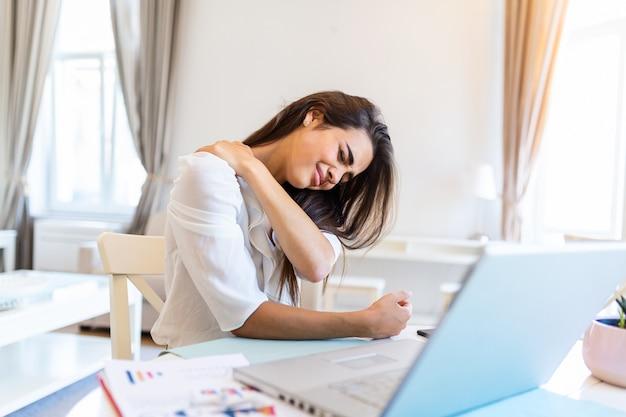 Młoda zestresowana kobieta pracująca w domu