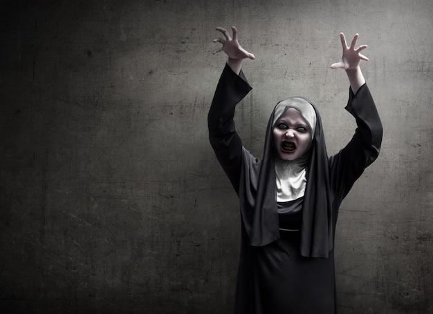 Młoda zła azjatycka kobieta zakonnica strach