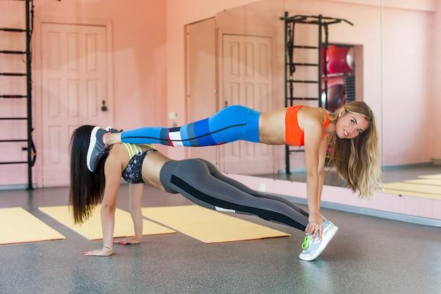 Młode atrakcyjne kobiety na siłowni