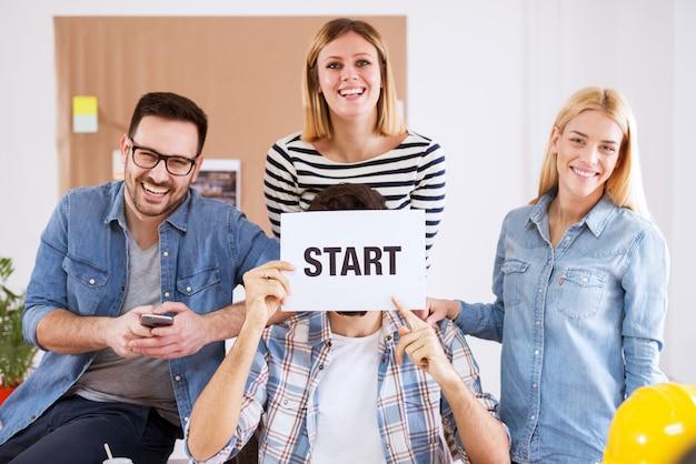Młode atrakcyjne szczęśliwe i kreatywne osoby dzwoniące do pracy w swoim zespole