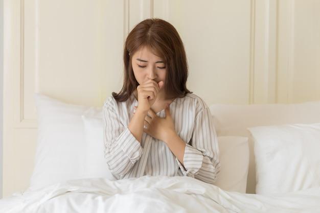 Młode azjatki mają kaszel, grypę, przeziębienie, zapalenie płuc lub zapalenie oskrzeli. koncepcja zdrowia i chorych.