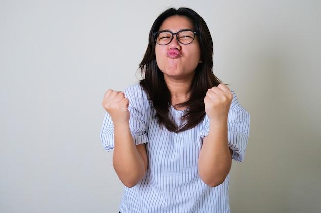 Młode azjatki wykazują bardzo szczęśliwą i podekscytowaną ekspresję