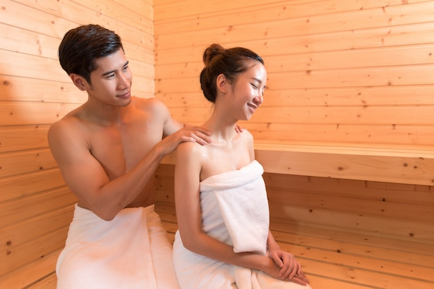 Młode azjatyckie pary lub miłośnicy romantycznego relaksu w saunie
