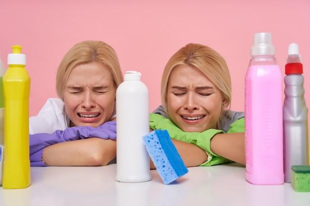 Młode Blond Piękne Gospodynie Domowe W Gumowych Rękawiczkach Podczas Przygotowań Do Wiosennych Porządków Darmowe Zdjęcia