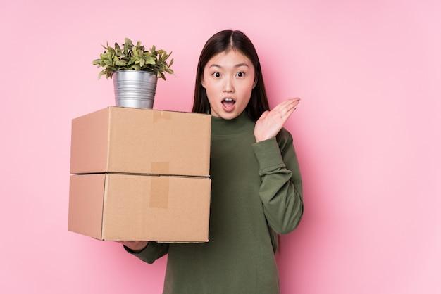 Młode chińskie kobiety mienia pudełka odizolowywali zaskakującego i szokującego.