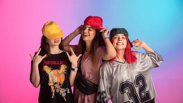 Młode dziewczyny bawią się na imprezie nastolatka.