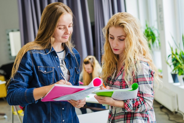 Młode dziewczyny dzielą się z notatkami