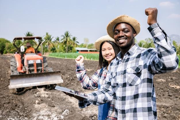 Młode dziewczyny konsultowały się i planowały sadzenie kukurydzy lub fasolki szparagowej za pomocą cyfrowego tabletu