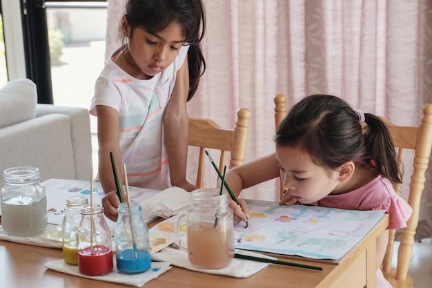 Młode dziewczyny malujące, edukacja domowa montessori