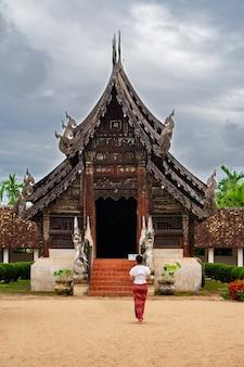 Młode dziewczyny podróżujące wat ton kain stara świątynia wykonana z drewna, znana jako punkt orientacyjny miasta?