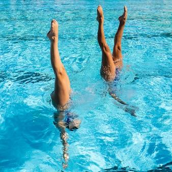 Młode dziewczyny pozują wewnątrz basenu