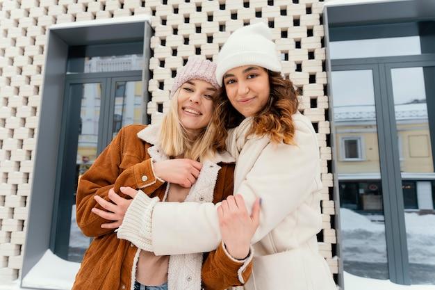 Młode dziewczyny przytulanie na świeżym powietrzu